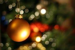 Bola de oro de la Navidad fotografía de archivo libre de regalías