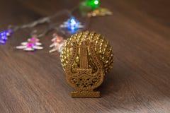 Bola de oro de la Navidad Foto de archivo
