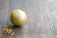 Bola de oro de la Navidad Fotos de archivo