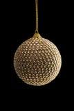 Bola de oro de la Navidad, aislada en negro Imagenes de archivo