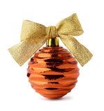 Bola de oro de la Navidad con el arco de la cinta Fotos de archivo libres de regalías