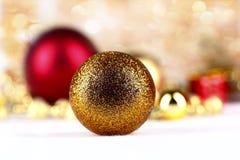 Bola de oro de la Navidad en fondo abstracto Imagen de archivo