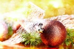 Bola de oro de la Navidad en fondo abstracto Fotografía de archivo