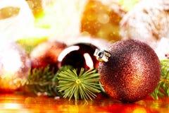 Bola de oro de la Navidad en fondo abstracto Imagenes de archivo