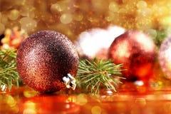 Bola de oro de la Navidad en fondo abstracto Fotos de archivo libres de regalías