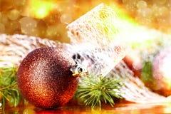 Bola de oro de la Navidad en fondo abstracto Foto de archivo