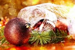 Bola de oro de la Navidad en fondo abstracto Foto de archivo libre de regalías