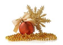 Bola de oro de la Navidad, gotas de oro y copo de nieve decorativo Foto de archivo libre de regalías