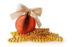 Bola de oro de la Navidad y gotas de oro Foto de archivo libre de regalías