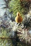 Bola de oro de la Navidad y rama spruce sintética Foto de archivo libre de regalías