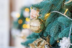 Bola de oro en el árbol de navidad Fondo del concepto de las luces, feliz Fotografía de archivo