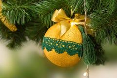 Bola de oro de la Navidad y del Año Nuevo en el árbol de navidad Nuevo YE Foto de archivo