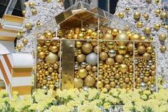bola de oro usada para adornar la Navidad y el Año Nuevo Fotografía de archivo