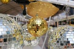 bola de oro usada para adornar la Navidad y el Año Nuevo Fotos de archivo