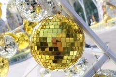 bola de oro usada para adornar la Navidad y el Año Nuevo Imagen de archivo libre de regalías