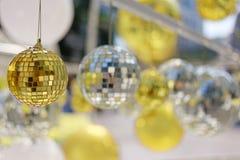 bola de oro usada para adornar la Navidad y el Año Nuevo Imágenes de archivo libres de regalías