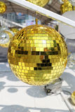 bola de oro usada para adornar la Navidad y el Año Nuevo Fotografía de archivo libre de regalías