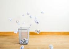 Bola de papel que lanza a trash Fotos de archivo