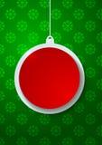 Bola de papel roja de la Navidad en fondo verde de los copos de nieve Imágenes de archivo libres de regalías