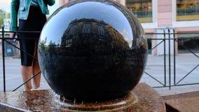 A bola de pedra lisa, como se, encontra-se na superf?cie da ?gua Um bloco enorme de 739 quilogramas, gerencie de um toque claro d filme