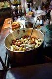 Bola de pescados encendida profunda, salchicha en la cacerola, comida de la calle, Tailandia Imagen de archivo libre de regalías