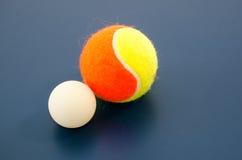 Bola de ping-pong blanca y pelota de tenis Foto de archivo
