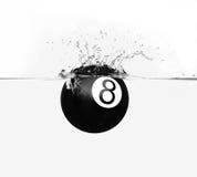Bola de piscina ocho con el chapoteo Imágenes de archivo libres de regalías
