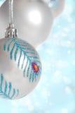 Bola de plata de la Navidad en blue+bokeh Fotos de archivo