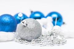 Bola de plata de la Navidad en foco y bolas azules en los wi del fondo Fotos de archivo