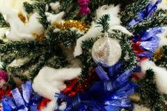 Bola de plata de la Navidad que adorna en el árbol de navidad Foto de archivo libre de regalías