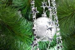 Bola de plata de los cristmas en abeto Fotografía de archivo
