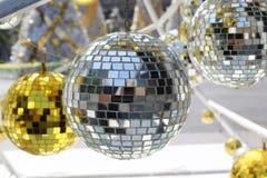 bola de plata usada para adornar la Navidad y el Año Nuevo Fotografía de archivo