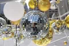 bola de plata usada para adornar la Navidad y el Año Nuevo Fotos de archivo libres de regalías