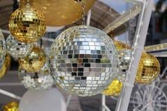 bola de plata usada para adornar la Navidad y el Año Nuevo Imágenes de archivo libres de regalías