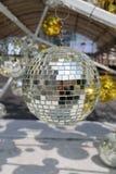 bola de plata usada para adornar la Navidad y el Año Nuevo Fotografía de archivo libre de regalías
