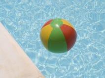 Bola de playa del agua en piscina Imagen de archivo