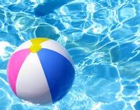 Bola de playa en encuesta de la natación Imagenes de archivo