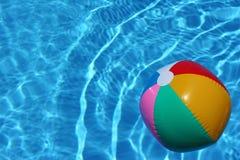 Bola de playa en piscina Imágenes de archivo libres de regalías
