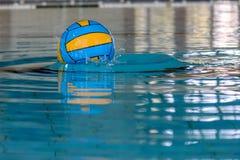 Bola de polo aquático na associação Foto de Stock