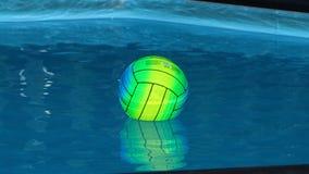 Bola de praia colorida em uma piscina foto de stock