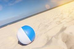Bola de praia em uma praia bonita no verão com o alargamento cênico da lente e horizonte inclinado imagens de stock royalty free