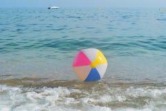 Bola de praia no mar Fotos de Stock Royalty Free