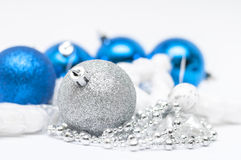 Bola de prata do Natal no foco e bolas azuis em wi do fundo Fotos de Stock