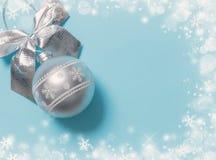 Bola de prata do Natal no fundo azul Foto de Stock