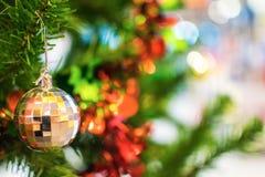 Bola de prata que pendura no ramo da árvore de Natal no backg Imagens de Stock
