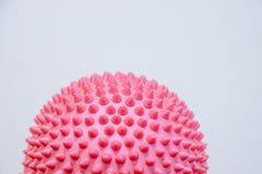 Bola de punta del masaje aislada en el fondo blanco Pies planos de ejercicio de la corrección medias bolas del masaje de la balan imágenes de archivo libres de regalías