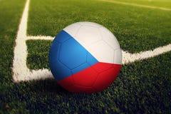 Bola de Rep?blica Checa na posi??o do pontap? de canto, fundo do campo de futebol Tema nacional do futebol na grama verde imagens de stock