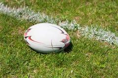 Bola de rugby que encontra-se na linha Imagens de Stock