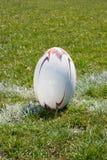 Bola de rugby que encontra-se na linha Fotografia de Stock Royalty Free