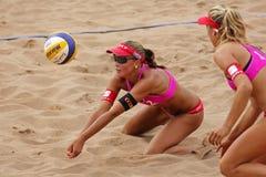 Bola de Suiza de la mujer del voleibol de la playa Fotografía de archivo libre de regalías
